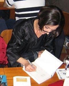 avtorica Herta Müller podpisuje knjigo