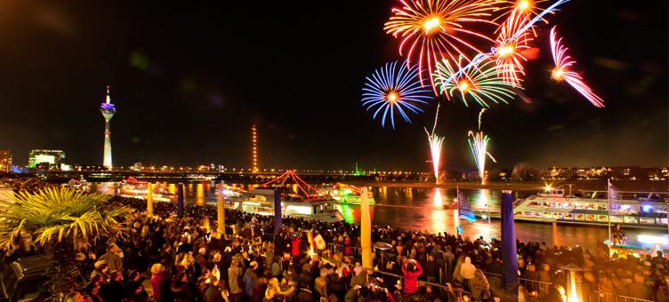 Ponoči nebo nad bregovi reke Ren osvetli ognjemet.
