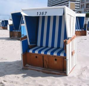 Klasična izvedba plažne košare je dvosed z modro-belimi oziroma rdeče-belimi blazinami (Polster).